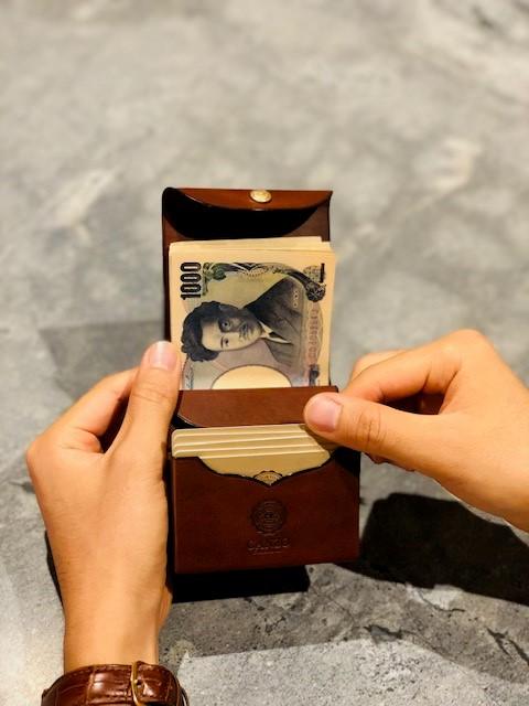 GANZO本店限定ミニマムウォレットのカードポケットの写真(縦)