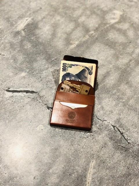 GANZO本店限定ミニマムウォレットに鍵を入れた写真
