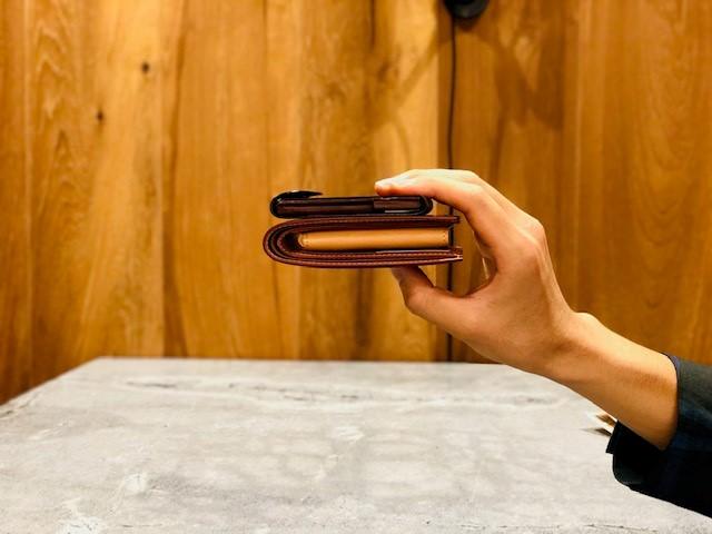 GANZO本店限定ミニマムウォレットとコードバン二つ折り財布との比較写真(厚み)